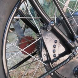 Détail moyeu AV. les 2 gros tambours ralentissent bien la moto