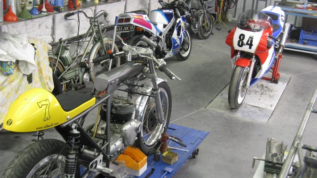 RC 30 et Triumph T 100