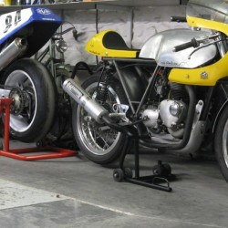 RC 30 et Triumph